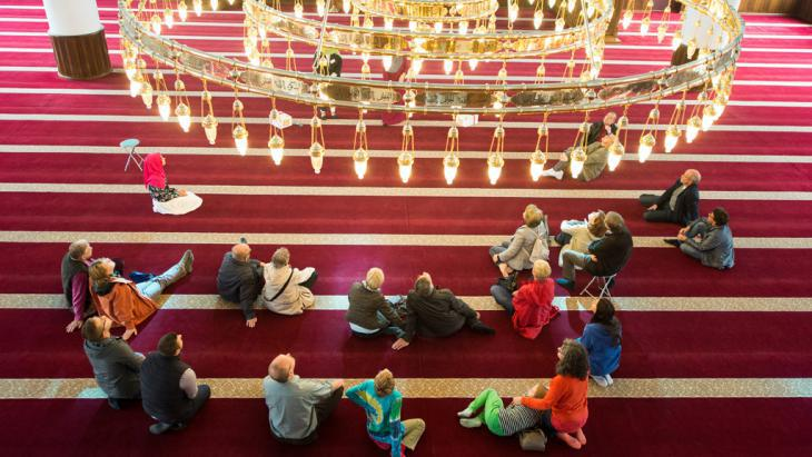 Mosque Open Day: guided tour in the prayer room of the Merkez Mosque in Duisburg (photo: picture-alliance/dpa/M. Skolimowska)
