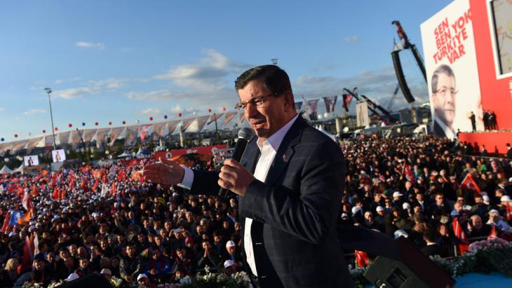 Turkish premier Davutoglu speaks at an AKP election rally (photo: picture-alliance/dpa/B. Kilic)