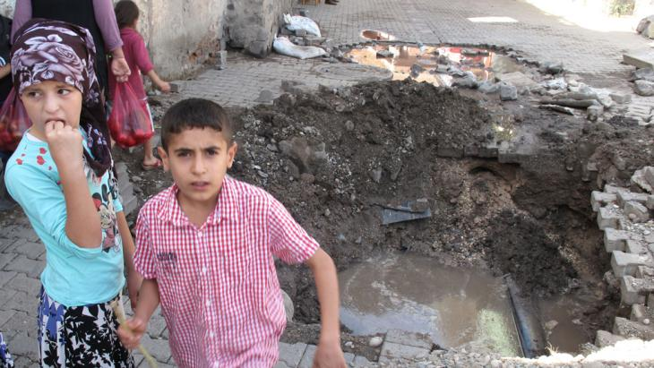 Diyarbakir ditch: children in Diyarbakir's Sur district near the remains of one of the many ditches dug by YDG-H militia, as a means of preventing security forces from driving armoured vehicles into the neighbourhoods (photo: DW/J. Resneck)