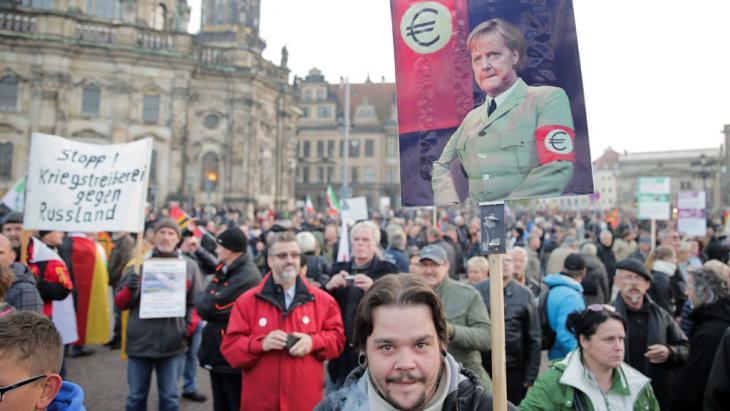 PEGIDA demonstrators in Dresden (photo: picture-alliance/dpa/M. Kappeler)