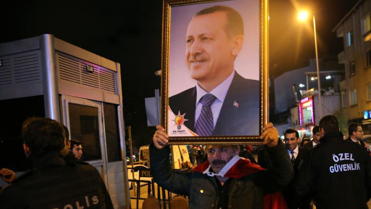 Erdogan′s supporters outside AKP party headquarters in Istanbul (photo: picture-alliance/AP/H. Malla)