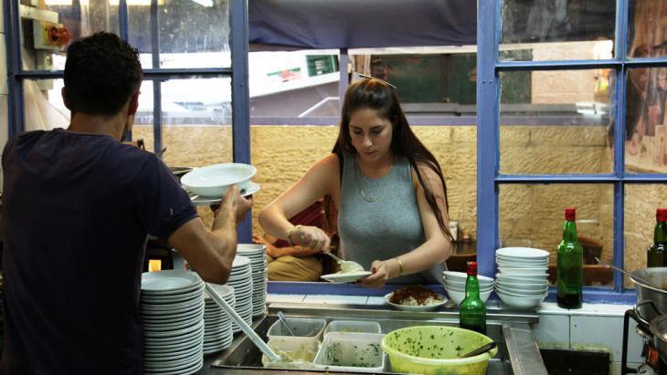 The waitress Natalie Geva serving hummus in ″Azura″ (photo: DW/S. Sinico)