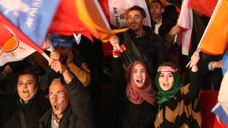 AKP supporters receive the first election results outside party headquarters in Ankara (photo: Getty Images/AFP/A. Altan)