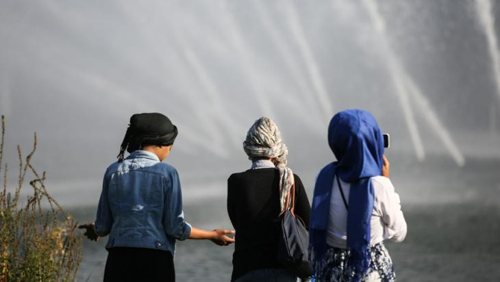 Muslim teenagers in a park in Hamburg (photo: picture-alliance/dpa/heimken)