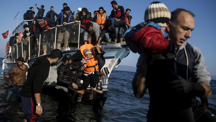 Refugees lands on the Greek island of Kos, 7 November 2015 (photo: Reuters/A. Konstantinidis)