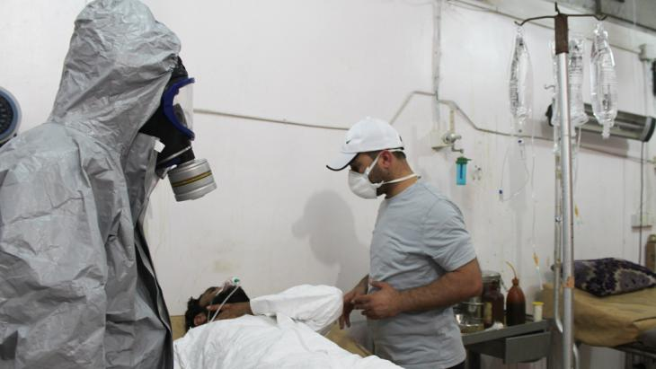 Treating a survivor of an IS mustard gas attack on Damascus, September 2015 (photo: picture-alliance/AA/M.Omer)