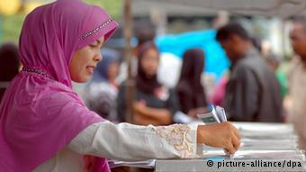 A woman votes in Indonesia (photo: picture-alliance/dpa)