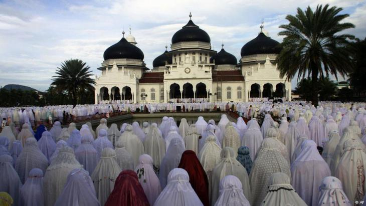 Women at prayer in Indonesia (photo: AP)