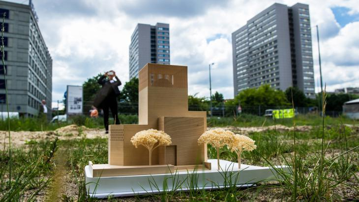A model of the ″House of One″ centre for prayer and education stands on Petriplatz in Berlin, 03.06.2014 (photo: picture-alliance/dpa/P. Zinken)