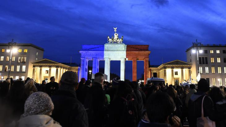 Solidarity with France: the Brandenburg Gate illuminated in the colours of the French flag (photo: Getty Images/AFP/T. Schwarz)