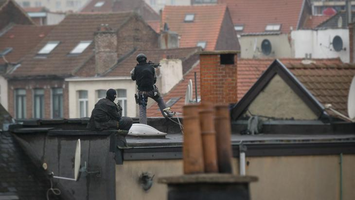 Snipers on a rooftop in Molenbeek, as police conduct a search for terrorists (photo: picture-alliance/dpa/D. Waem)