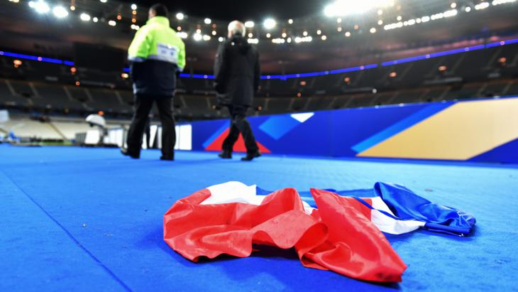 A French national flag abandoned on the ground in the stadium after the international friendly soccer match between France and Germany at Stade de Fance in Paris, France, 13 November 2015 (photo: picture-alliance/dpa/U. Anspach)