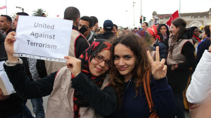 Young women demonstrate against terrorism in Tunisia (photo: DW/A. Abidi)