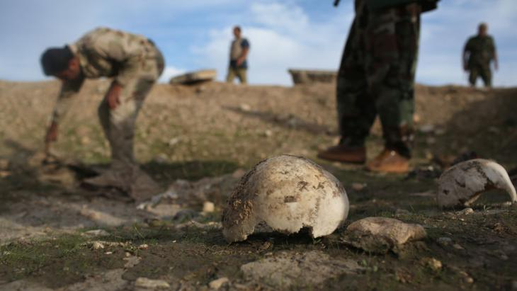Mass grave of more than 50 Yazidis killed by IS near Sinjar, Iraq (photo: Getty Images/J. Moore)