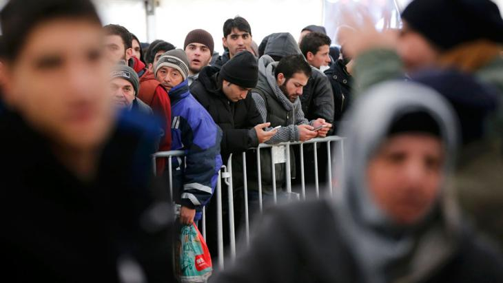 Migrants queuing to be registered at LAGESO - Berlin's Office of Health and Social Affairs on 1 December 2015 (photo: Reuters/F. Bensch)