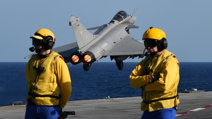 French fighter jets take off from the Charles de Gaulle aircraft carrier to carry out air strikes against IS in Syria (photo: Getty Images/AFP/A. C. Poujoulat)