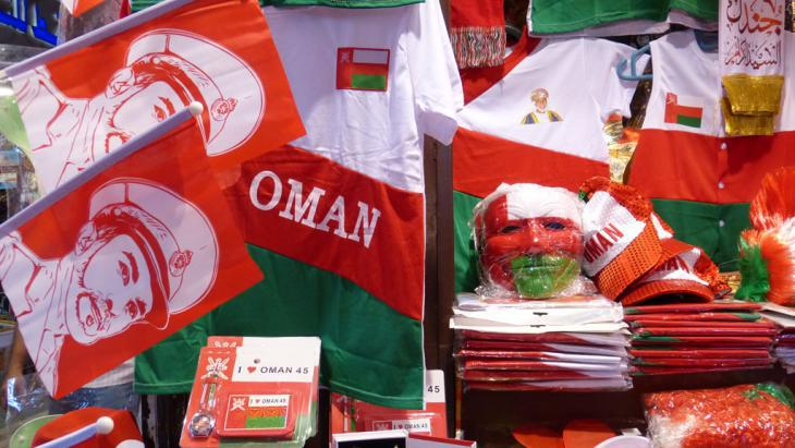 Souvenirs commemorating the 45th jubilee of Sultan Qaboos on the market in Mattrah (photo: DW/Anne Allmeling)