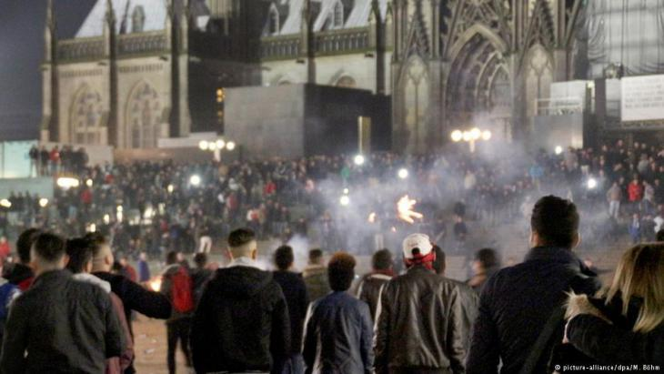 New Year′s Eve on the square in front of Cologne′s main station (photo: picture-alliance/dpa)