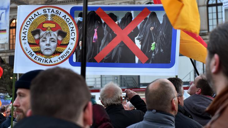 PEGIDA supporters in Dresden (photo: picture-alliance/dpa/B. Settnik)