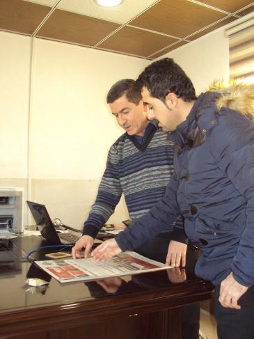 Asos Hardi (l.) in the ″Awene″ (The Mirror) editorial office in Kurdish Sulaymaniyah