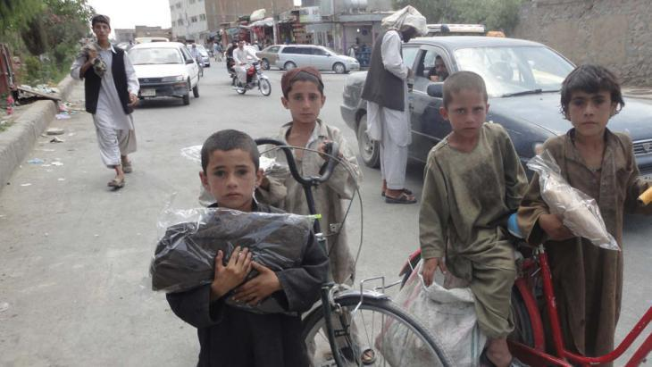 Distributing aid to destitute Afghan children in Kandahar province (photo: Mrasta Foundation)