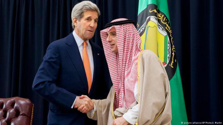 Der amerikanische Außenminister John Kerry bei einem Treffen mit dem saudiarabischen Außenminister Adel al-Dschubeir und anderen Kollegen aus den Staaten des Golfkooperationsrats (GCC) in Riad.
