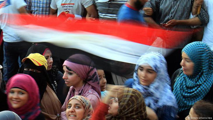 Young women on Tahrir Square in Egypt in an area screened off by a protective wall of men (photo: DPA)