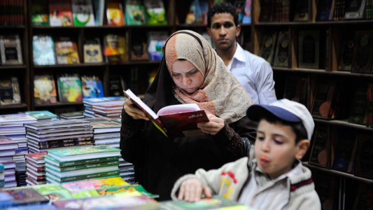 An Egyptian woman reads in a Cairo bookstall (photo: Imago/Xinhua)