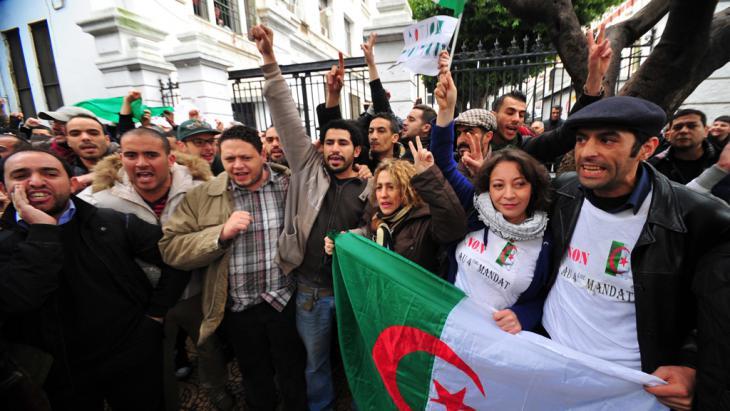 Demokratieaktivisten demonstrieren am 15. März 2014 gegen eine neue Amtszeit Bouteflikas, Foto: picture-alliance/AA.