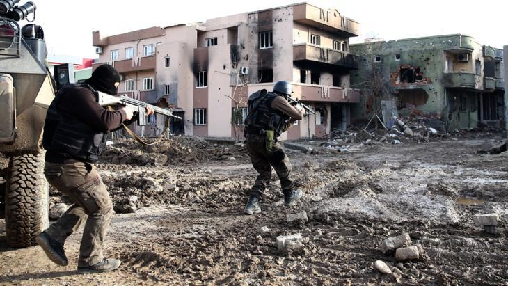 Turkish military engage with the PKK in Cizre (photo: picture-alliance/abaca)