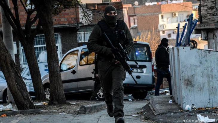 Bewaffnetes Militäreinheiten in den Straßen von Diyarbakir; Foto: Getty Imagesw/AFP