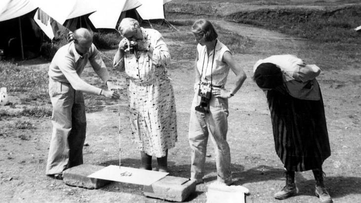 The novelist Agatha Christie (centre) photographs a tiny ivory figurine at the Nimrud dig in Iraq (photo: picture-alliance/dpa)