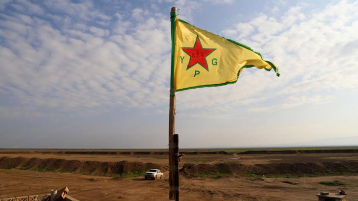 Kurds repel IS in the Sinjar Mountains and hoist the flag of the YPG – People′s Protection Units (photo: Reuters/Massoud Mohammed)