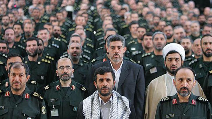 Mahmud Ahmadinedschad und Einheiten der iranischen Revolutionswächter; Quelle: FARS