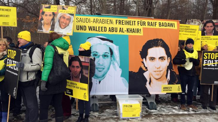 Campaign for the release of Raif Badawi and Abu al-Khair in front of the Saudi embassy in Berlin (photo: Deutsche Welle)