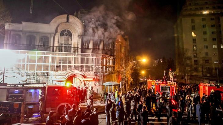 Demonstrators storm and torch the Saudi embassy in Tehran on 2 January 2016 (photo: picture-alliance/dpa/M.-R. Nadimi)