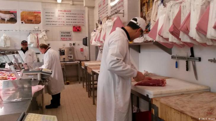 Behind the counter at the Paris butcher's (photo: DW/Elizabeth Bryant)