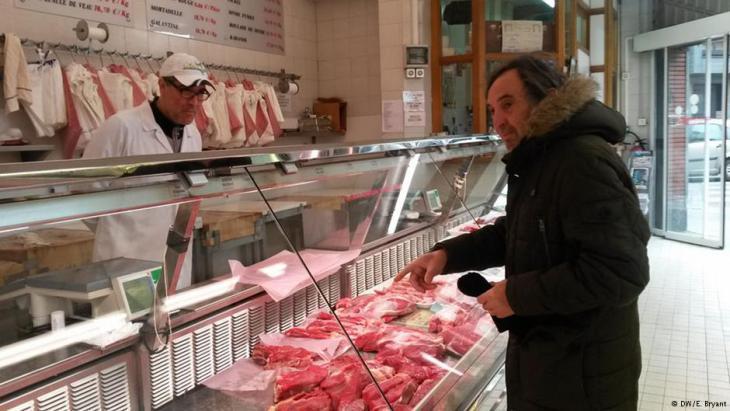Serving a customer in the Boucherie de l'Argonne, Paris (photo: DW/Elizabeth Bryant)