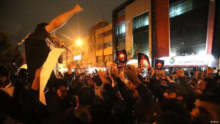 Demonstrators set the Saudi embassy in Tehran on fire early on Sunday (photo: Deutsche Welle)