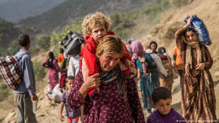 Vor dem IS fliehende Jesiden im Jahr 2014; Foto: picture-alliance/abaca/Depo Photo