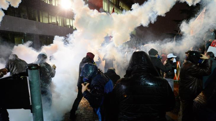 Turkish riot police user water cannon and tear gas to disperse Zaman supporters on 5 March 2016 (photo: picture-alliance/abaca)