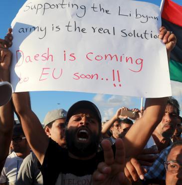 Anti-IS demo in Libya (photo: Reuters)