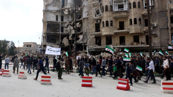 Anti-Assad demonstration in Aleppo′s Tarik al-Bab neighbourhood (photo: picture-alliance/abaca/AA)