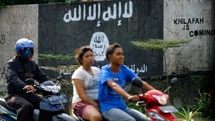 Graffiti bearing the Islamic State flag in Solo, Central Java, Indonesia(photo: picture-alliance/AP)