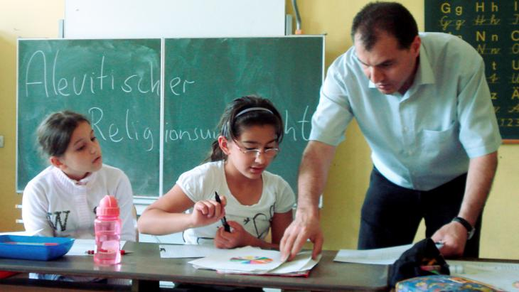 Religious education for Alevi children in a primary school in Hesse (photo: picture-alliance/dpa)