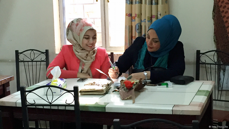 Samarkand (right) from Baghdad, taking part in the writing workshop in Basra in southern Iraq (photo: Inka Thunecke/DW)