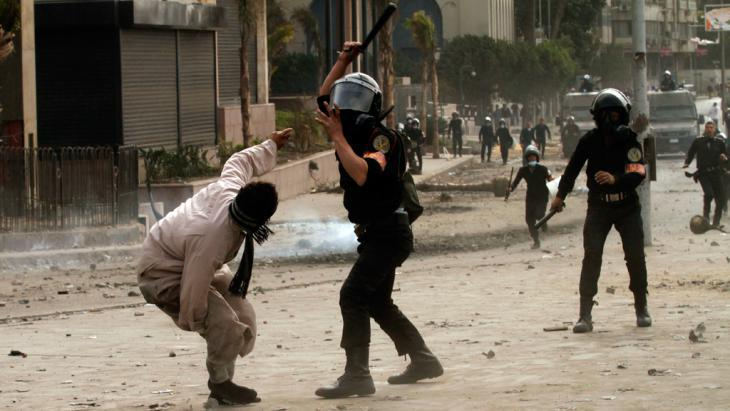Police violence in Cairo (photo: Getty Images)