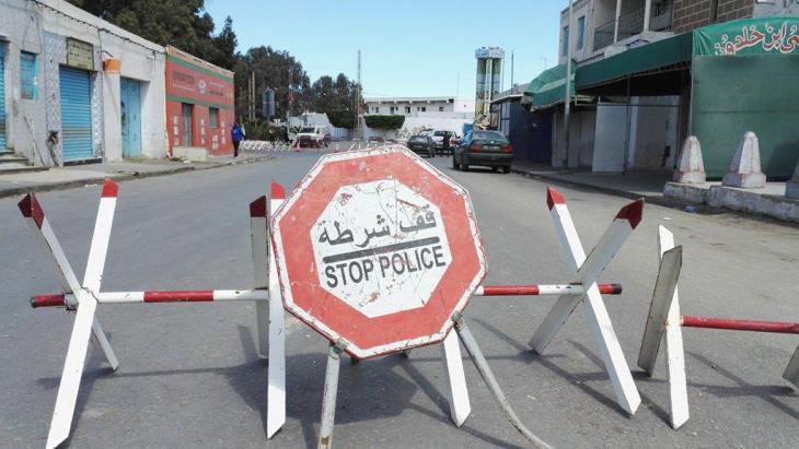 Blocked access road to Ben Guerdane (photo: DW/T. Guizani)