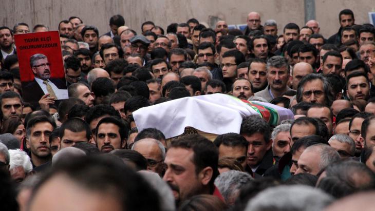 Burial of Tahir Elcis in Diyarbakir (photo: picture-alliance/AA./A. Kaplan)