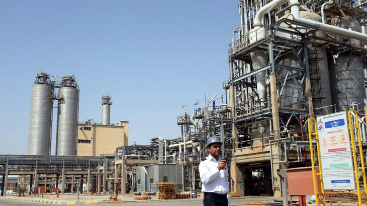 Security guard at the Mahshahr petrochemical plant in Khuzestan (photo: picture-alliance/dpa/A. Taherkenareh)